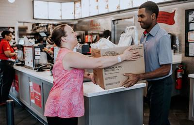 Los operadores del restaurante Chick-fil-A han donado más de 10 millones de comidas a través del programa Chick-fil-A Shared Table.